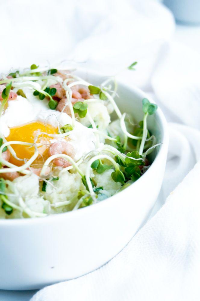 Stoemp van aardpeer met grijze garnalen en gepocheerd ei ... heerlijk simpel comfort food voor tijdens de winter www.elienscuisine.be #comfortfood #delicious