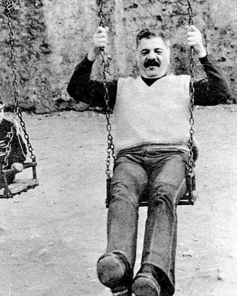 Bugun Sinemamizin Kotu Adami Erol Taş'ın ölüm yıl dönümü. Kötu Adamı bir de bu fotografla degerlendirelim... #eroltas #yesilcamsokagi