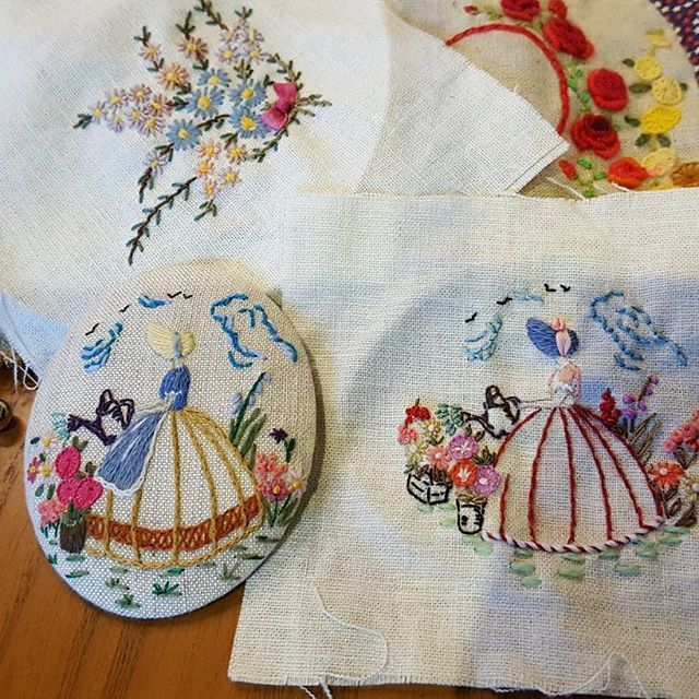 #embroidery #wool#vintage #antique#quilt#brooch#handmade#needleworks#handcraft#ribbon#리본자수#프랑스자수#평택자수 #자수타그램 #엔틱자수 #게으른울실#자수수업  같은 도안  다른 느낌의 크레놀린아가씨💐  #크레놀린