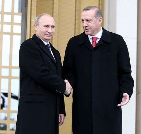 1日、トルコの首都アンカラ郊外の大統領公邸で、ロシアのプーチン大統領(左)を迎えるエルドアン大統領(AFP=時事)1日、トルコの首都アンカラ郊外の大統領公邸で、ロシアのプーチン大統領(左)を迎えるエルドアン大統領(AFP=時事)ロシア大統領がトルコ訪問=経済協力強化など協議 http://www.jiji.com/jc/zc?k=201412/2014120100860 #Recep_Tayyip_Erdogan #Vladimir_Putin