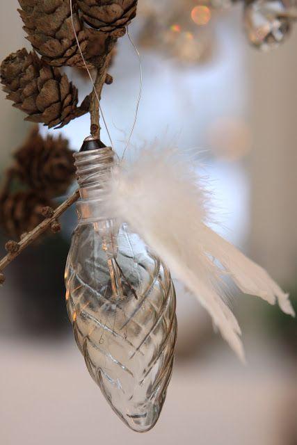 Slike lyspærer med vinger er min hjemmelagede juletrepynt i år!  (englevinger fra hobbybutikken, limes på lyspærene med limpistol)  .  Om e...