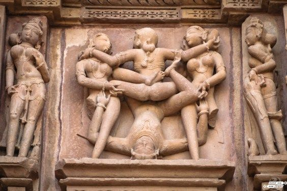 Caliente pero no seáis malpensados. Durante nuestra estancia estuvimos a 45 grados... Ahora podéis ser malpensados: Khajuraho es famosa por sus templos pero, no por todos; sólo por aquellos que tienen representaciones de hombres y mujeres en pleno acto sexual en diversas posturas. #Khajuraho #sexytemples