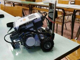 """Sono ben due anni che gli alunni dell'attuale 3A della scuola secondaria di 1 gr. """"Maria Fiorenza Nardi"""" hanno come compagni di classi i Lego Mindstorm NXT. Una presenza invadente, quanto divertente! Grazie al progetto Robot@School ragazzi e ragazze, assieme alle prof.sse Colzi e Casi"""