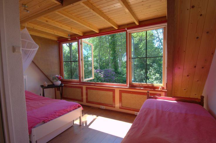 Slaapkamer (die wij gebruiken als logeerkamer) met inbouwkast.