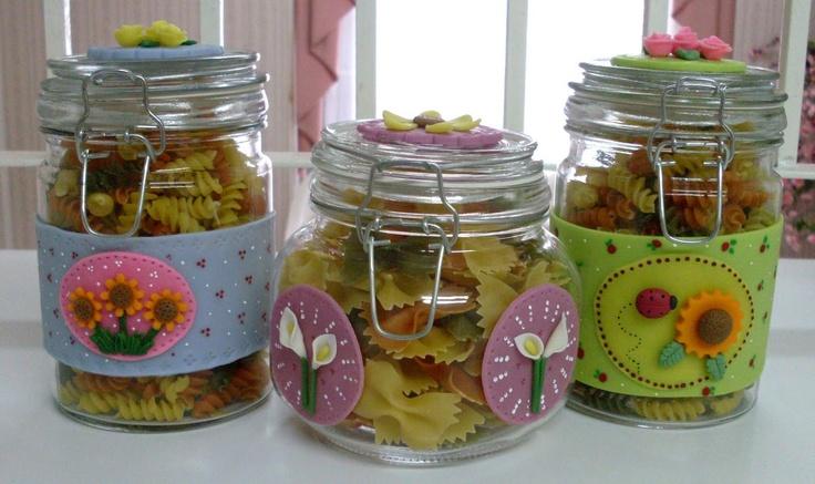 frascos de vidrio decorados con motivos florales y llenos de pasta