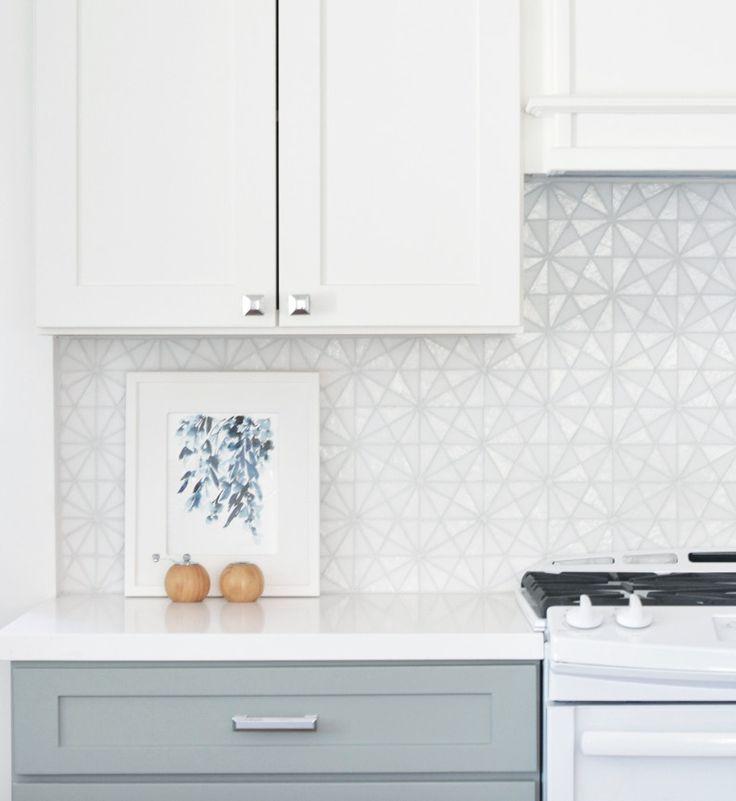 Glöm avskalat och minimalistiskt, nu vill vi ha mönster, färg och geometri på väggar och golv.
