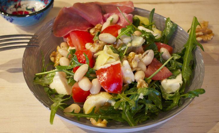 Deze Italiaanse salade met artisjokharten, noten, mozzarella en bonen is vliegensvlug klaar te maken en een ideaal sportmaaltje. De bonen en noten geven je een vol gevoel, maar het is toch een gezonde en lekkere maaltijd. Benodigdheden (voor 2 personen): Rucola 2 tomaten Artisjok harten (250 gram, uitgelekt) Mozzarella Basilicum... Read More →