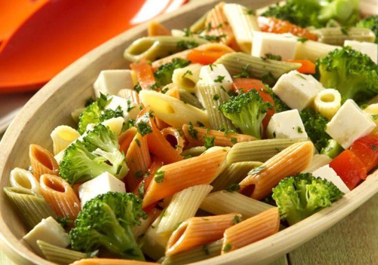 A salada de macarrão com penne colorido, brócolis e queijo branco é a opção saudável de entrada. Devore!.