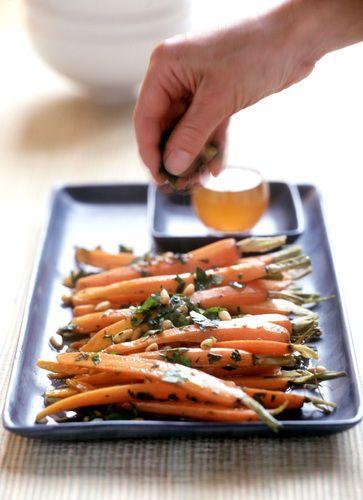 5 recetas de zanahorias bajos en grasas: 1.-Zanahorias al vapor con perejil,ajo y aceite de oliva. 2.-Zanahorias salteadas con pimientos rojos 3.-Zanahorias y papas horneadas con romero. 4.-Pure de zanahoria y papas. 5.-Ensalada de zanahoria,rábanos y manzana