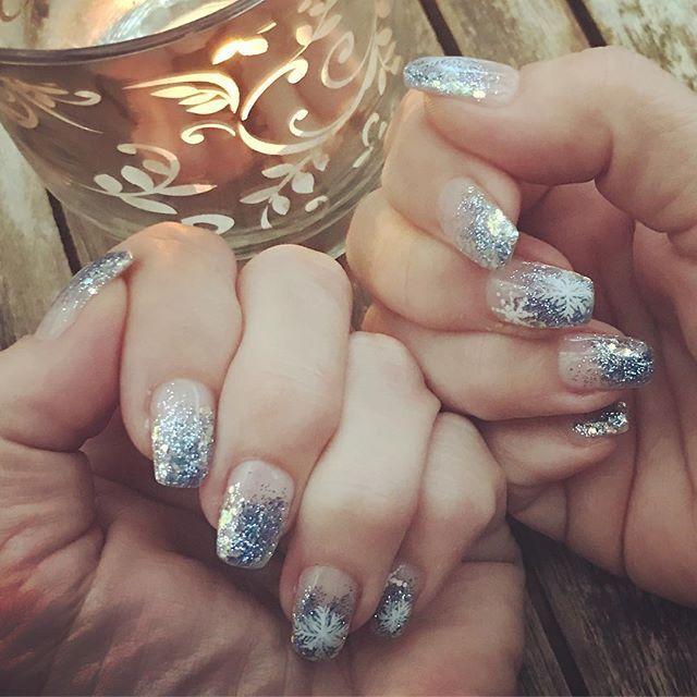 Krumma fingrar...jag vet! 😔 Fulla av artros MEN de virkar fortfarande bra(!) 🙏 o NU har de dessutom vackra vintriga o glittriga naglar med snöflingor, tack vare bästa Patricia på @nailyx! ❄️💅🏻❄️ #naglar #glitter #artrosis