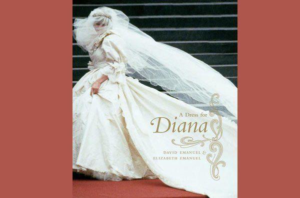 De todas as imagens do dia de casamento, o primeiro que vêm à cabeça da maioria das pessoas é a chegada da Diana à Catedral de St Paul, revelando o segredo mais bem guardado de sempre: como seria o vestido de noiva real.