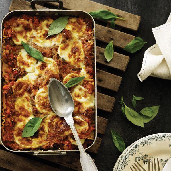 Få hemmeligheden bag en ægte italiensk klassiker, med denne opskrift på lasagne fra Moderne Mamma. Alt der skal til er gode råvarer og masser af kærlighed.