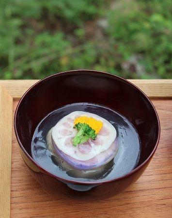 「蓮根まんじゅう葛あんかけ」。 蓮根のすりおろしを汁ごと全て加熱して 甘栗を中に入れて包み、おまんじゅうにしました。 蓮根の薄切りを軽く蒸してサンド。 その間に紫大根の同じく薄切りを重ねました。 透けて見える紫色が上品。 乾燥舞茸の戻し汁で作る葛あんをはり 蓮根まんじゅうをそっとおいて盛りつけ。 ブロッコリーとナスタチウムの花びらを飾りました。 ナスタチウムは食用のハーブ。 黄色が華やかさを演出してくれます。