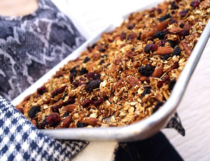 Perfecta granola casera crujiente con variedad de semillas y cereales.