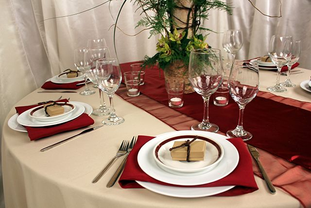 Burgandy and black wedding table settings new wedding for Burgundy wedding reception decorations