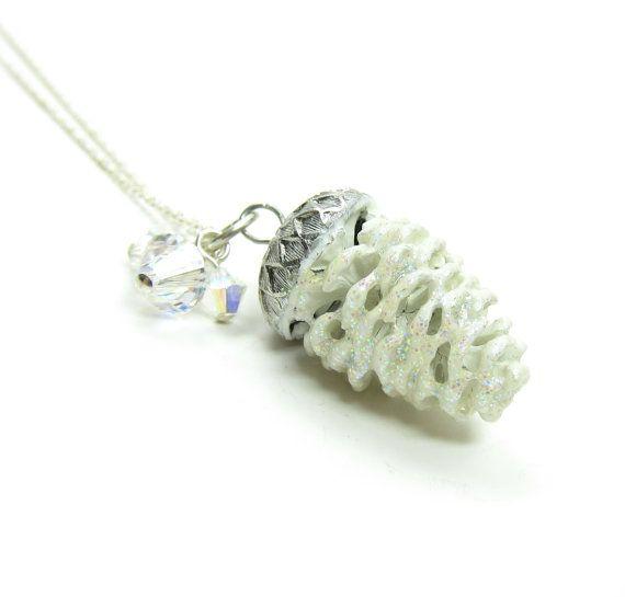 Este collar tiene un cono de pino real, cubierto con nieve blanca brillante…