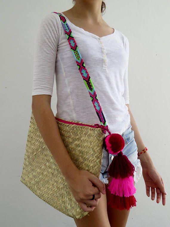 Las bolsas de Palma Macrame diseño exclusivo de Otomiartesanal son únicas por su bella combinación de palma natural con aplicaciones de macrame tipicas de Zona Maya, completamente tejidas a mano por Artesanos mexicanos.