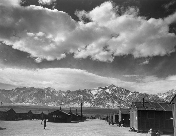 Фото: Ансель Адамс / Пресс-служба «Дома Метенкова» Манзанар – один из десяти лагерей, куда были интернированы американцы японского происхождения. Калифорния, 1943 год https://meduza.io/galleries/2015/04/12/triumf-i-tragediya