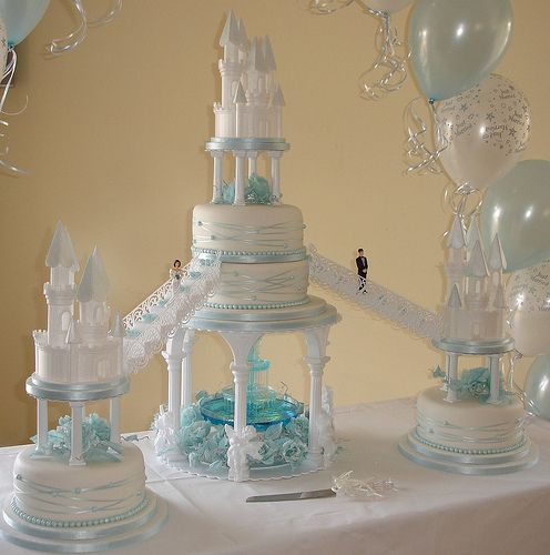 wedding with a water fountain | Castles wedding cake with fountain