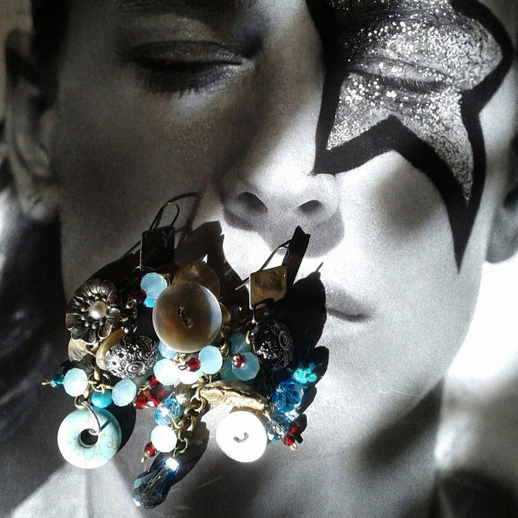 Orecchini creati con turchesi, cristalli, bottoni in madreperla e sntichi anni 50..pezzo unico