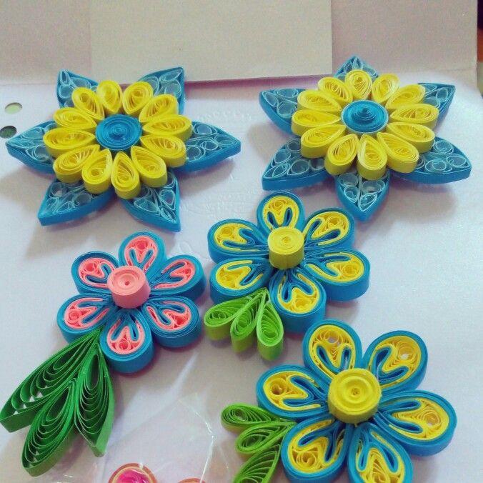 Quilling Paper ::: Bunga bunga ini sudah ditempeli magnet.   Paduan warna kuning biru yang cantik. Dua diantaranya menggunakan teknik beehive ...   Kalian pun bisa membuatnya. Happy Quilling