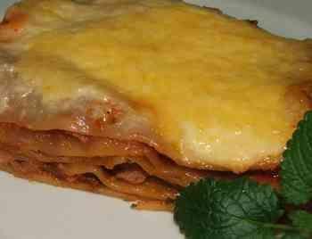 Bolognai lasagne (Lasagne bolognese)  40 dkg darált hús (lehet vagdalthúskonzerv is), 40 dkg sűrített paradicsom, 2 közepes hagyma, 10 dkg füstölt szalonna, bors, oregano, só, 5 ek cukor, 3 ek olaj, 20 dkg reszelt sajt, 5 dkg vaj, fél kg lasagnetészta, fél liter besamelmártás. A tésztalapokat kifőzöm és egy rétegben lefektetve félreteszem.  A szalonnát apró kockára vágom és egy evőkanálnyi olajon kiolvasztom. ......