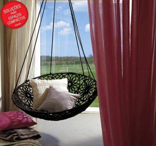 Essa rede mais parece uma cadeira-balanço e dá para sentar e ficar relaxando com alguma leitura.