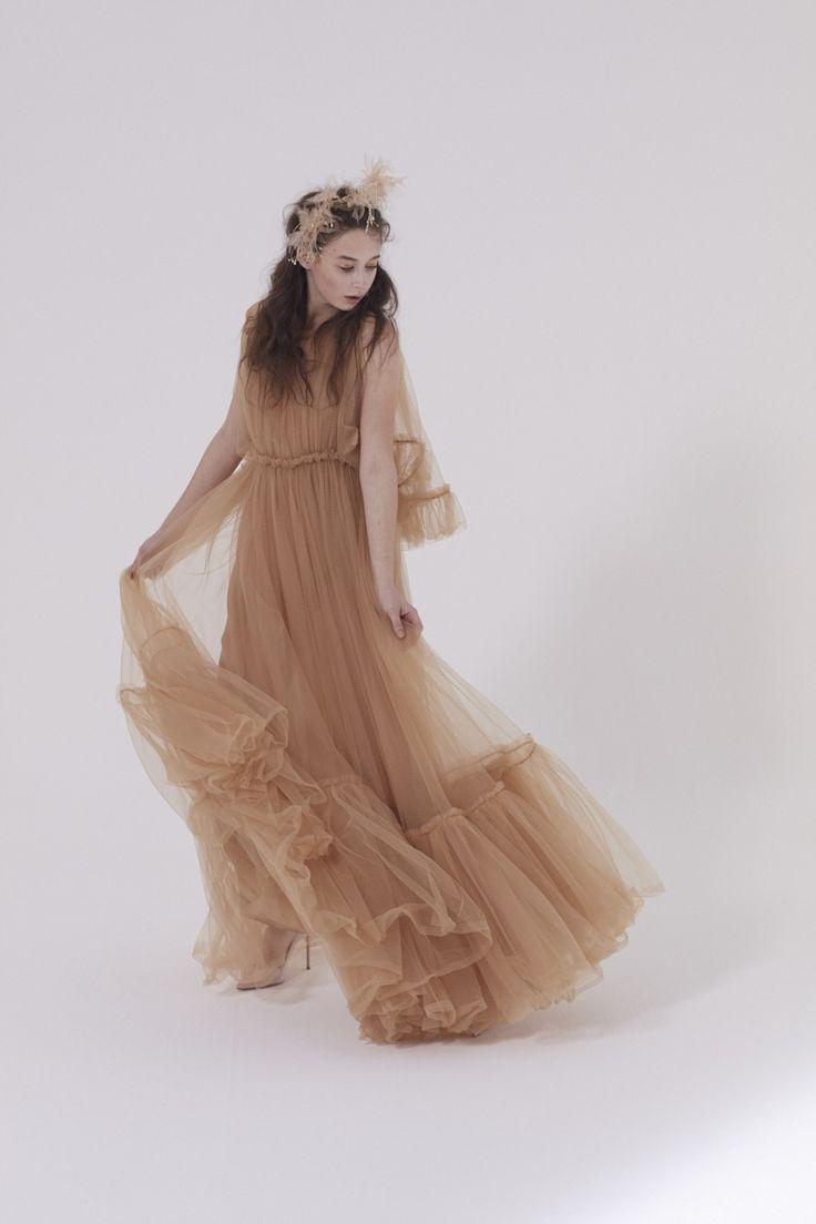 """Look#5 ONDINE Ondine è il bridal dress che nasce dalle acque, come le omonime creature leggendarie a cui è ispirato. Ondine è un abito impalpabile, una """"piuma"""" di tulle che nasce dall'assenza di tutto il superfluo. #UnexpectedBride #AnnagemmaMilano #AnnagemmaBride"""