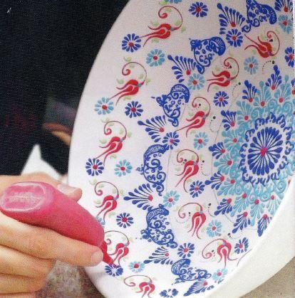 Het frisse Turkse FlorienT aardewerk wordt met de hand gemaakt en beschilderd met een oriëntaals bloempatroon in reliëf. Elk item is uniek en met trots door de kunstenares zelf ondertekend.
