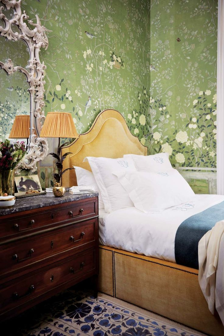 Dormir en la naturaleza... ¡O casi! Papel pintado, mod. Temple Newsam Green, y espejo chino Chippendale, ambos de De Gournay; lámpara, de Porta Romana; ropa de cama, de Fermoie, y en la cómoda, manzana dorada, de Nicky Haslam.