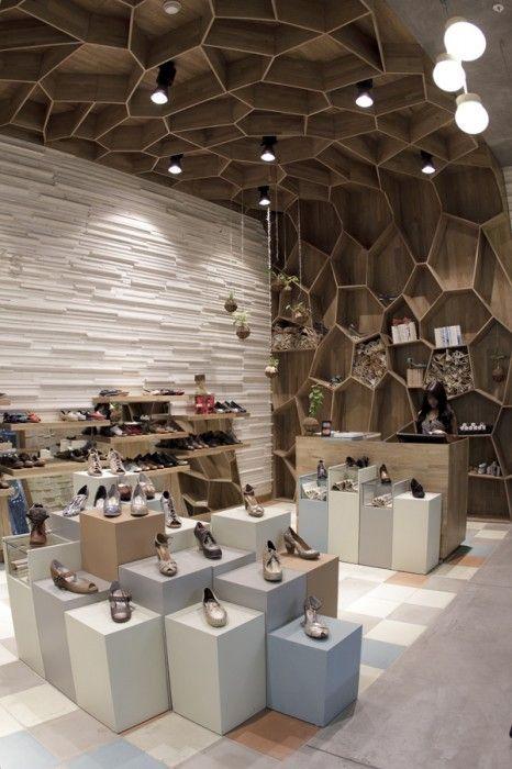 Tienda de zapatos con estilos, el techo simulan una situacion semejante al de una cueva, combinando el techo e iluminacion consigue un efecto especial (atractivo) en la tienda. IV