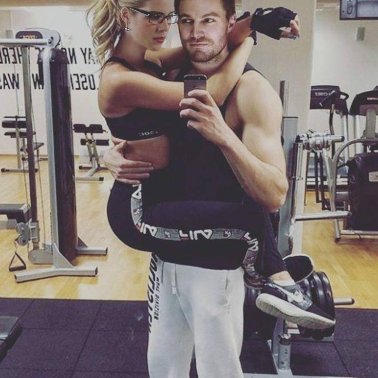 красивая пара в спортзале детьми