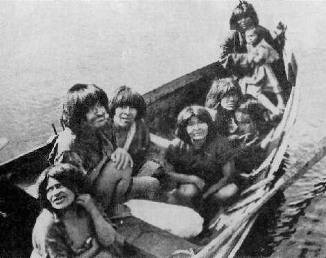 Alakaluf familia en canoa, Chile