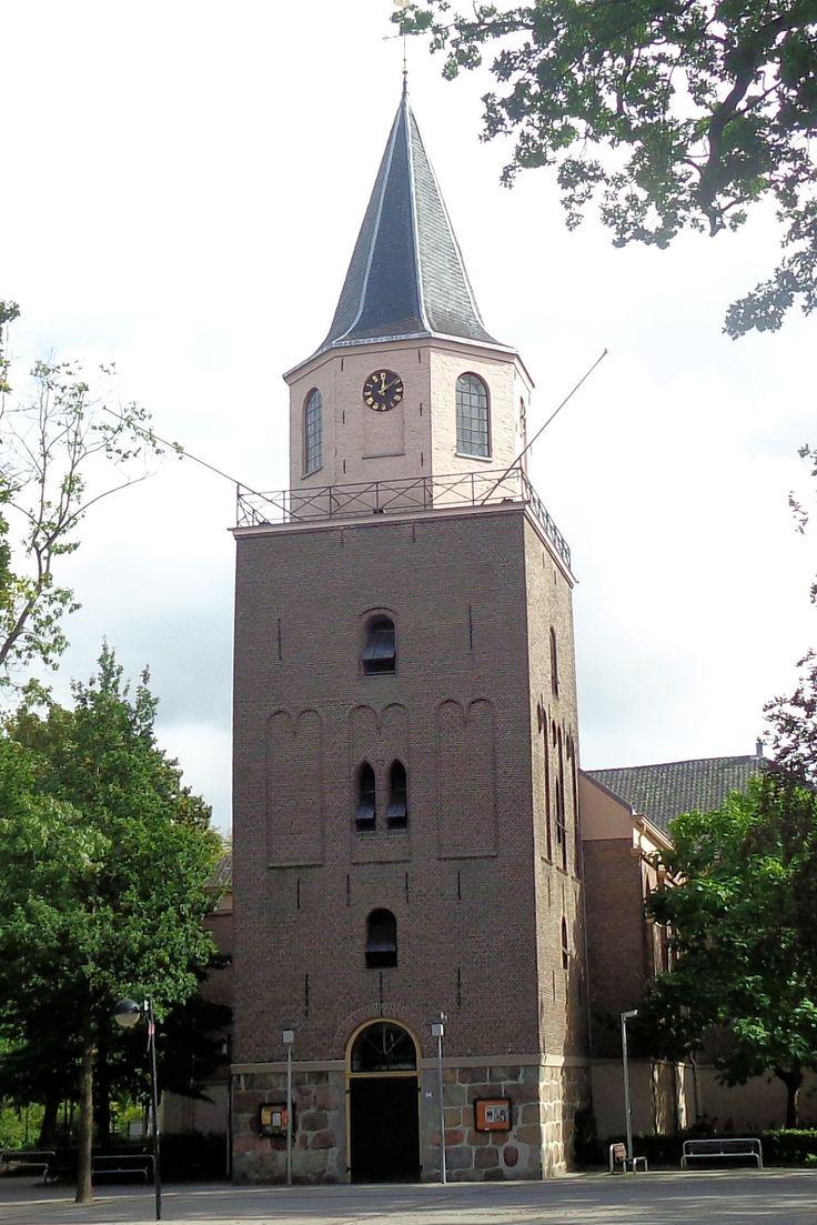 De 12e-eeuwse romaanse toren aan de Hoofdstraat van Emmen toont de geschiedenis van Emmen. De basis van de toren is opgetrokken met zwerfkeien of kapotgeslagen hunebedstenen. Tijdens een verbouwing in 1856 werd de romaanse kerk vervangen door de bakstenen kruiskerk die er nu nog staat. De kerk was het centrum van de kerspel Emmen. Ook de bewoners van omliggende dorpjes bezochten hier het godshuis.