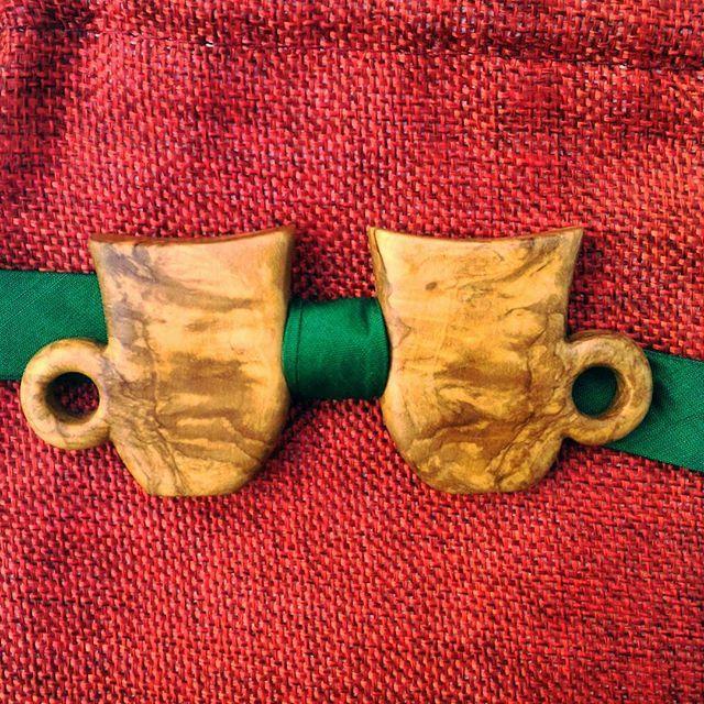 Il papillon che abbiamo regalato per natale al nostro barista preferito. Due tazze di caffè che si incontrano tra un raso verde.  #olive #wood #brindisi #Ostuni #weareinpuglia #puglia #apulia #Madera #modauomo #caffe #handmade #artigianato #artigianale #bowtie #handicraft #moda #coffee #papillon #package #craft #wood #legno #bowtiesarecool #woodcraft #fattoamano #accessories #bowties #fashion #carving #volgopuglia #lulivochecanta