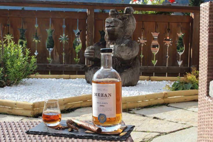 Découvrez l'accord parfait de cette semaine : un superbe rhum mélasse Mézan avec un bon cigare sur la terrasse du BeAR's Bar...Vive l'été au RoyAlp!
