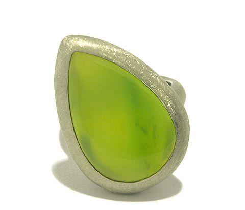 Ein bildschöner grüner Onyx schmückt diesen schönen handgefertigten Unikat- Silberring. Der Stein ist sehr sicher geffast