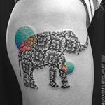 Sexta-feira! Isso significa que é dia de #tattoofriday e começamos apresentando @jayaism e seus padrões geométricos e animais que são puro estilo na pele. Link na bio para saber mais!  amazing work with geometric patterns and animals by australian tattoo artist @jayaism. Check it out his #tattoofriday at FTC today! #jayaismtattoo #tattoo #tatuagem #followthecolours #inked #geometrictattoos #elephanttattoo #jayasuartika