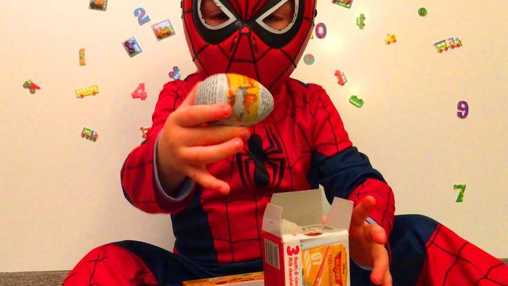 Маленький Мальчик Человек Паук Открывает Яйца Киндер Сюрприз Spider-Man ...