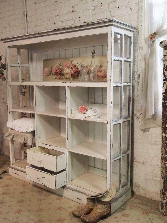 Alte Fenster plus Kisten ergeben ein tolles Regal/Ladenregal