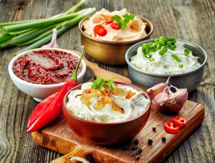 """Wśród sosów, które dodajemy do dań z barów szybkiej obsługi, makaronów, kanapek czy sałatek, wciąż królują majonez i ketchup. Regularnie jedzone nie tylko powodują wzrost """"złego"""" cholesterolu LDL - w ich składzie znajduje się także"""