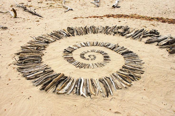 Jeu de land art sur la plage