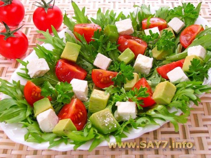 Салат с авокадо, помидорами и фетой