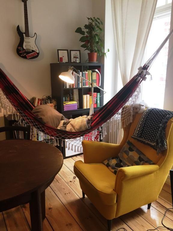 eine h ngematte im wohnzimmer ist eine tolle idee ein platz der entspannung mitten in der. Black Bedroom Furniture Sets. Home Design Ideas
