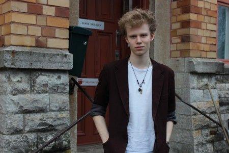David Lindström medverkar i SVT-serien Blå ögon. Nu har han flyttat till Skara för att studera på Skara skolscen.