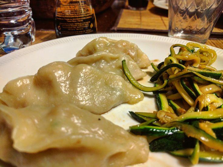 Ricetta leggera e dai sapori orientali, ottima per un pranzo, soli o in compagnia. Ecco i ravioli al vapore con gamberi e verdure light!