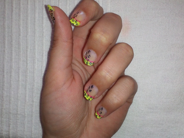 Leopardo con fondo transparente y linea amarilla y rosa