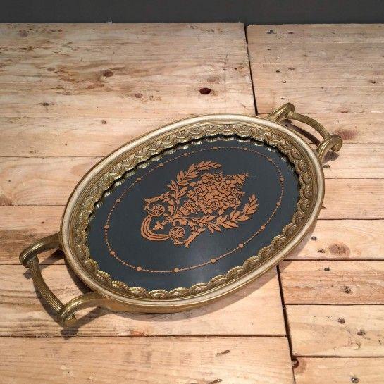 Δίσκος γάμου ιβουάρ-χρυσό σε vintage ύφος με ιδιαίτερο σχέδιο περιμετρικά και καθρέφτη στη μέσηγια να δημιουργήσετε το δικό σας σετ γάμου.Το NEDAshop.gr υποστηρίζεται από το κατάστημα μας όπου μπορείτε να δείτε όλα τα αντικείμενα από κοντά και να δημιουργήσουμε μαζί το σετ που ταιριάζει καλύτερα στο γάμο σας αλλά και στο σπίτι σας.Το κατάστημα μας βρίσκετε: Λεωφόρος Θηβών 503 Αιγάλεω