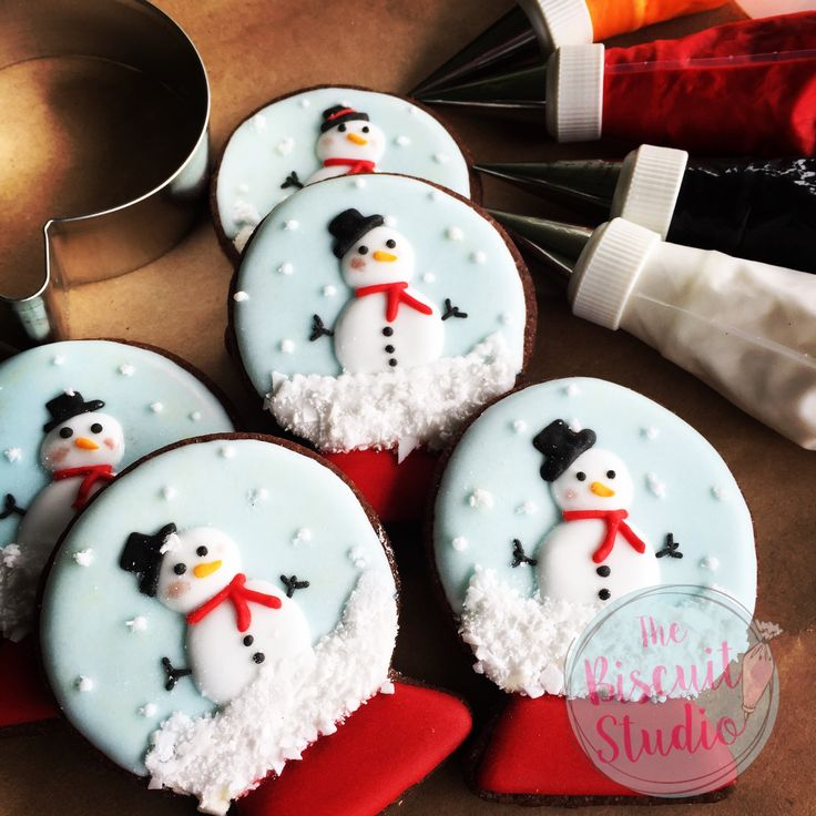 The Biscuit Studio #cookies #cookieicing #cookiedecorating #Christmascookies #royalicingcookies #royalicing #santa