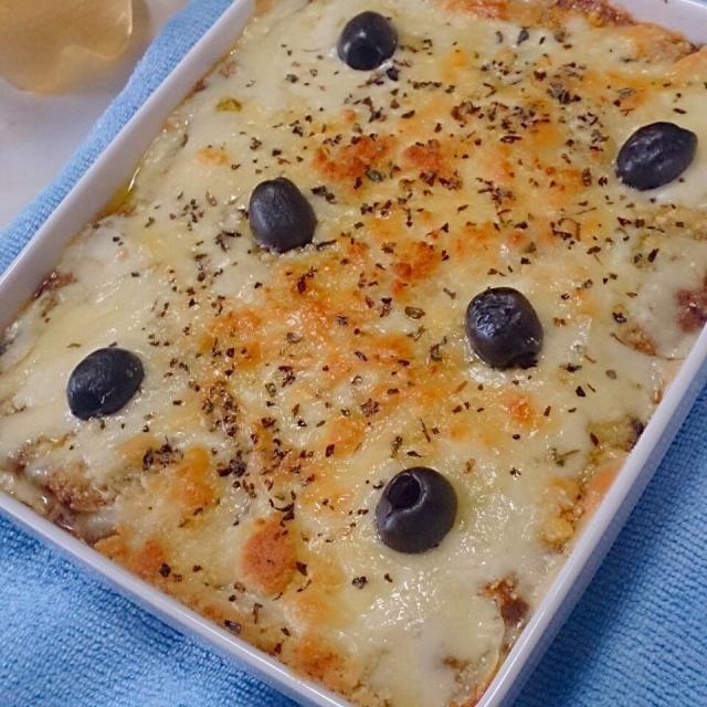 ラザニアパスタの代わりに、 素焼きした スライス ポテト を2層にして 焼き上げました。  ミート ソースは自作ですが、 白ソースは市販のモノを....(^o^;)  チーズは、トロチーとパルミジャーノです。 - 26件のもぐもぐ - ラザニア風 ポテトグラタン by tabinchushi94